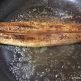 ルイボスティーで煮て温めたウナギ